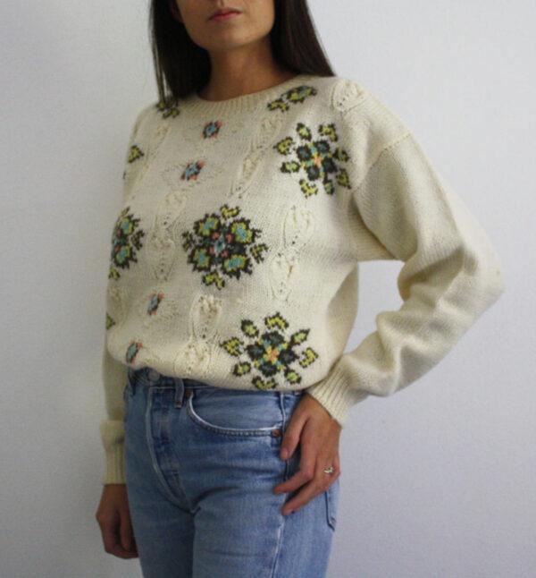 maglione panna decori 600x646 - Maglione in lana ricami